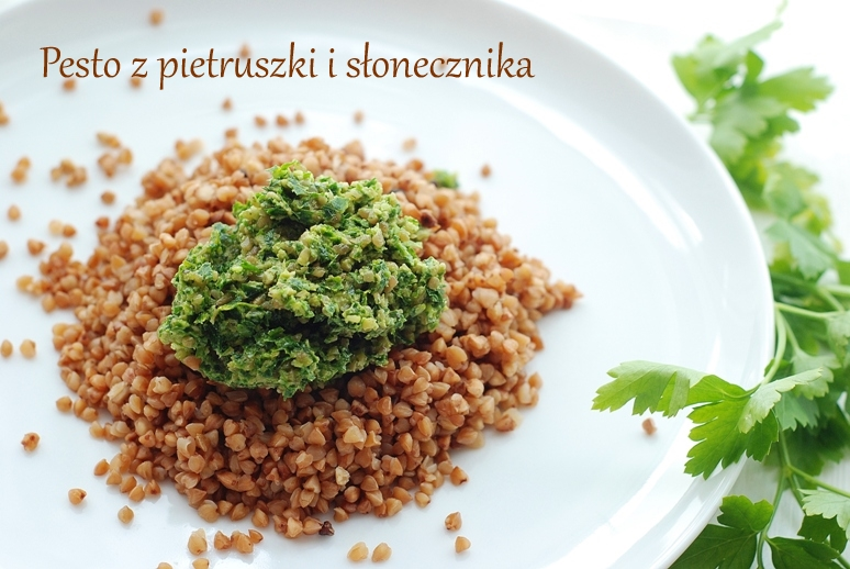Pesto z pietruszki i słonecznika + kasza gryczana