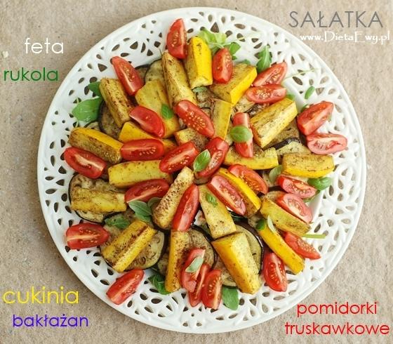 Sałatka z rukolą, bakłażanem, cukinią, fetą i pomidorkami truskawkowymi