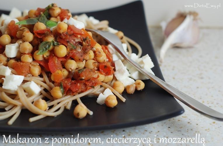 Makaron z pomidorem, ciecierzycą i mozzarellą