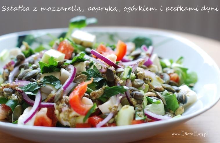 Sałatka z mozzarellą, papryką, ogórkiem i pestkami dyni